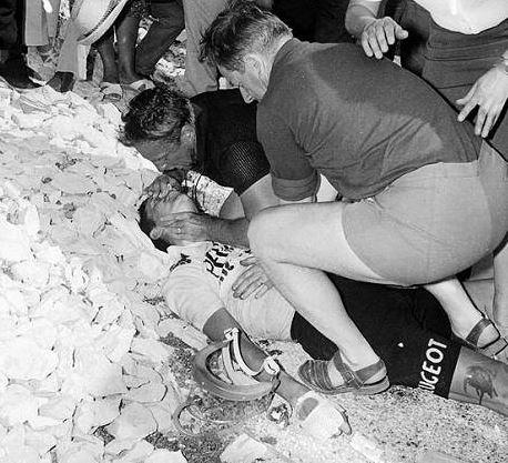 1967 : Tom Simpson s'écroule mortellement sur les pentes du Ventoux