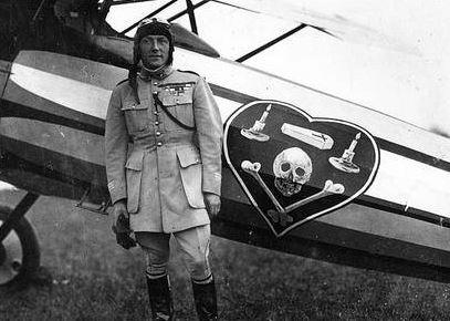 Pour Jean-Dominique Merchet, le symbole de la tête de mort est intrinsèque à l'armée (ici l'aviateur Charles Nungesser)