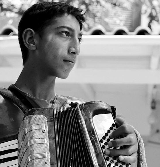 Instant de vie d'un accordéoniste à Athènes saisi par Nikos Aliagas