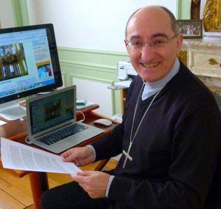 Mgr Giraud dans son bureau de l'évêché à Soissons (photo Courrier Picard)